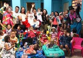 Niños se divirtieron y gozaron con la presencia de Santa Claus y amigos. (Foto Prensa Libre: Juan Carlos Rivera)