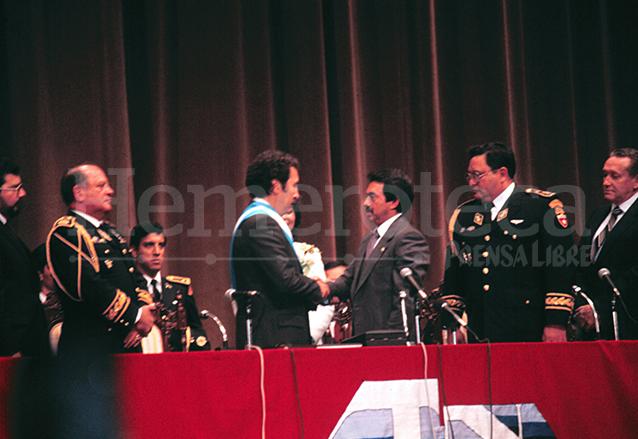 Vinicio Cerezo es juramentado por el Presidente del Congreso, Alfonso Cabrera el 14 de enero de 1986. (Foto: Hemeroteca PL)