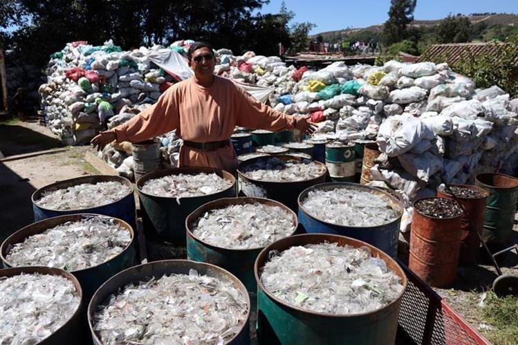 Danis Rodolfo López Castillo, de 44 años, es perito contador, pero hace tres años abandonó su profesión para dedicarse al reciclaje. (Foto Prensa Libre: Mike Castillo)