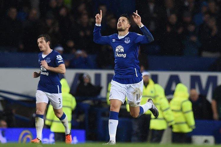 Kevin Mirallas celebra su gol de esta tarde con el Leicester. (Foto Prensa Libre: AFP)