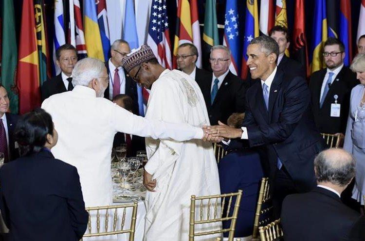 JLX44. NUEVA YORK (NY, EE.UU.), 28/09/2015.- El presidente estadounidense, Barack Obama (d), saluda al primer ministro de India, Narendra Modi (i), en el almuerzo oficial del debate anual de alto nivel de la Asamblea General de la ONU celebrado en su sede de Nueva York (EE.UU.) hoy, lunes 28 de septiembre de 2015. Gobernantes como el estadounidense Barack Obama comparten tribuna desde hoy y durante esta semana con otros dirigentes que se estrenan en este debate, como el cubano Raúl Castro y el chino Xi Jinping. EFE/JUSTIN LANE