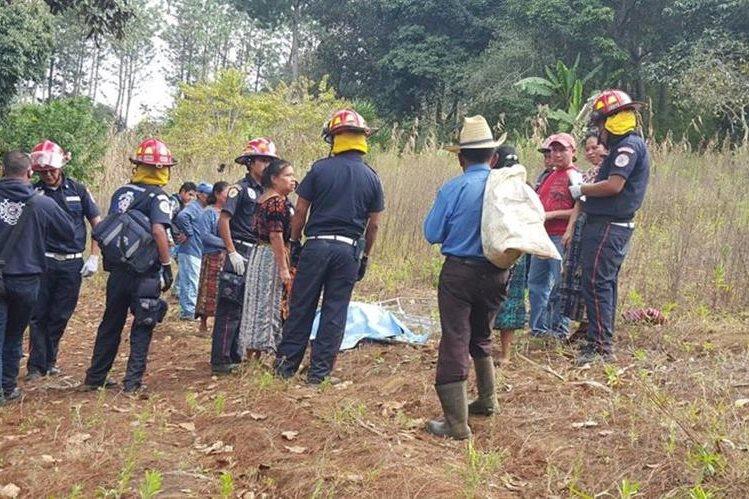 Socorristas resguardan cadáver de mujer que murió por picaduras de abejas en Sumpango, Sacatepéquez. (Foto Prensa Libre: Bomberos Municipales Departamentales)