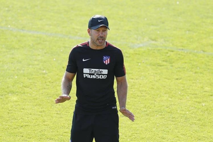 El técnico argentino del Atlético de Madrid, Diego Simeone, durante el entrenamiento de este viernes en Madrid. (Foto Prensa Libre: EFE)