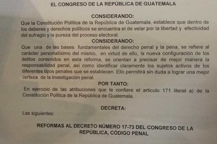 Los considerandos de la iniciativa de ley para reformar el Código Penal, la cual fue aprobada de urgencia nacional. (Foto Prensa Libre: Jessica Gramajo)