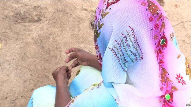 La madre de Shafa lucha por mantener a la familia unida y busca ayuda para su hija.