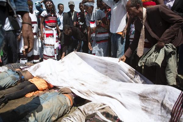 Unetiope cubre los cadáveres de los asistentes al festival durante la estampida mortal. (AFP).