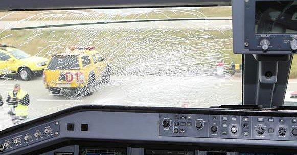 Imagen del vidrio roto del avión en el que se movilizaban los jugadores del Fenerbache. (Foto Prensa Libre).