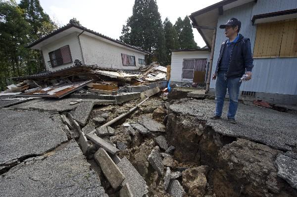 Eiichi Kondoh observa los daños en su casa por el sismo en Minami Aso,Japón.(EFE).