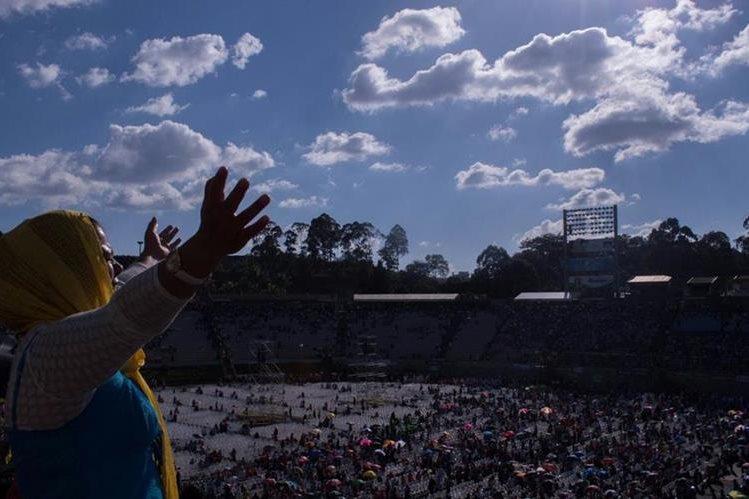 En actos religiosos los guatemaltecos oraron porque el 2016 sea un año de paz y reconciliación social. (Foto Prensa Libre: Hemeroteca PL)