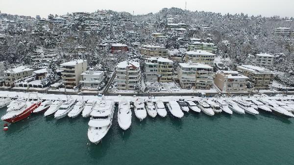 La nueve cubre a barcos Estambul en el estrecho del Bósforo. (AP).