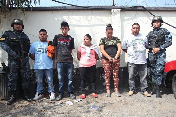 Los supuestos pandilleros fueron trasladados a los juzgados correspondientes. (Foto Prensa Libre: Érick Ávila)