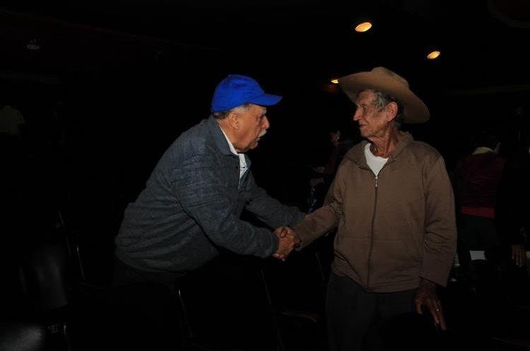 Muchas personas que vieron el documental se acercaron a Don Tranquilino después de la función para darle muestras de apoyo y felicitarlo por haber encontrado a su hijo después de tantos años. (Foto Prensa Libre: Anna Lucía Ibarra).