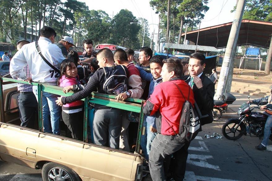 Usuarios de las rutas 36 y 37 se trasladan en picop ante la ausencia de buses, servicio suspendido luego de los constantes ataques a pilotos.(Foto Prensa Libre: HemerotecaPL)
