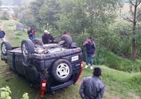 Vehículo accidentado en el km 145.5, en Santa Lucía Utatlán. (Foto Prensa Libre: Ángel Julajuj).