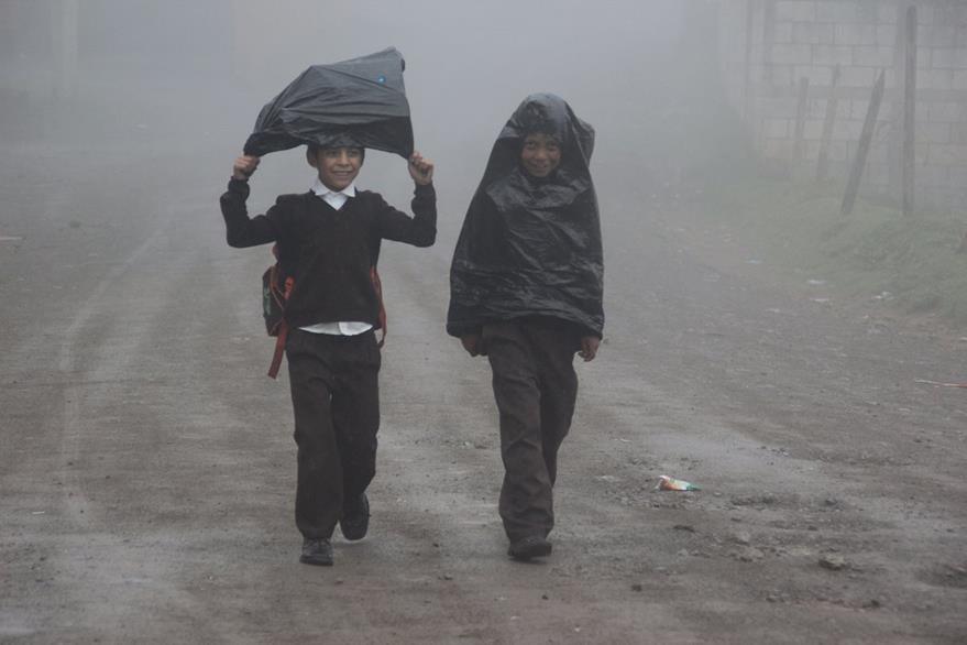 Estudiantes  de  San José Las Flores, Chiantla, Huehuetenango, se cubren  del frío con  bolsas de plástico para llegar al centro educativo. (Foto Prensa Libre: Mike Castillo)