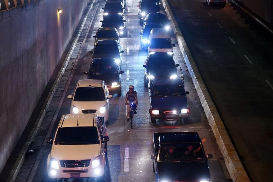 Las urbes centroamericanas no están diseñadas para albergar ciclistas. (Foto Prensa Libre: AFP).