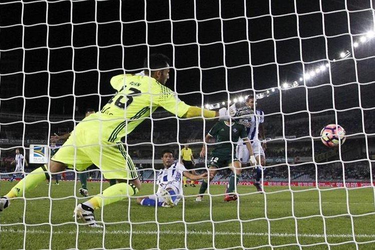 Vela (c) marca el gol ante el Real Betis, durante el partido de la séptima jornada de la Liga Santander disputado esta noche en el estadio de Anoeta. (Foto Prensa Libre: EFE)
