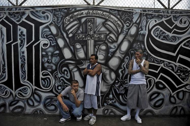 Reclusos participaron en una misa para celebrar cien días de una tregua declarada entre pandillas y el gobierno salvadoreño el 19 de junio de 2012. (AFP).