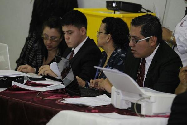 """<p>Delegados del Cang durante el conteo de votos en el Parque de la Industria. (Foto Prensa Libre: Rodrigo Méndez)<br _mce_bogus=""""1""""></p>"""