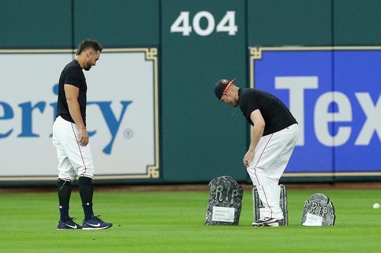 George Springer de los Astros de Houston Houston  y Ken Giles realizan el entierro del guante de Carlos Beltrán. (Foto Prensa Libre: AFP)