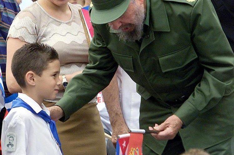Fidel Castro conversa con Elián González el 10 de julio de 2001 durante una actividad pública. (Foto: AFP)