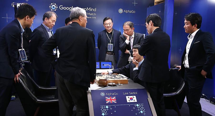 En la imagen, Lee Se-Dol -sentado- explica los detalles de la partida luego de su finalización (Foto Prensa Libre: AFP).