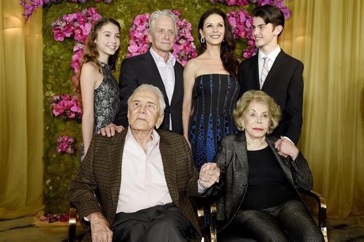 Douglas, quien sostiene la mano de su esposa Anne, se retrata con la familia de su hijo Michael: Catherine Zeta-Jones, Carys y Dylan.