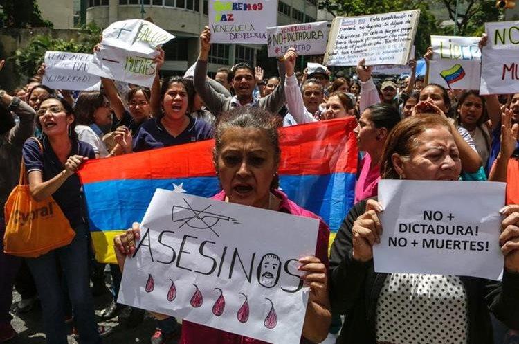 Opositores  participan en la manifestación en Caracas (Venezuela).(AFP).