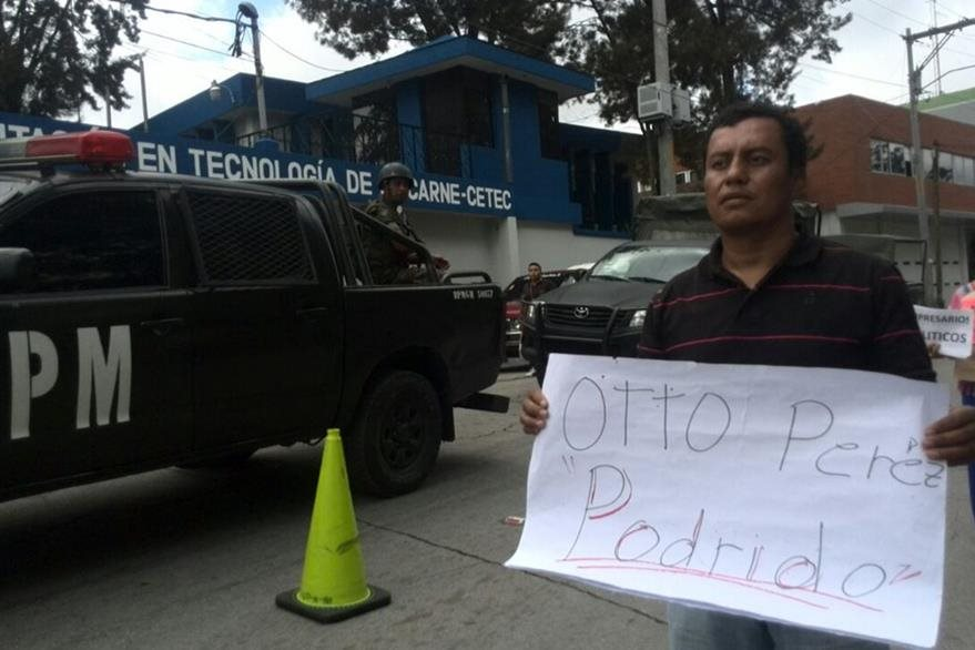 Un grupo de manifestantes afuera de la brigada Mariscal Zavala. Foto Prensa Libre: Erick Avila