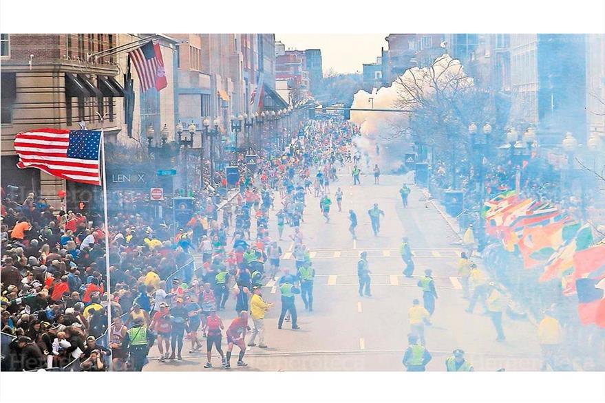 Imagen capta una de las dos explosiones que se registraron cerca del final del legendario Maratón de Boston, el 15/4/2013. (Foto: Hemeroteca PL)