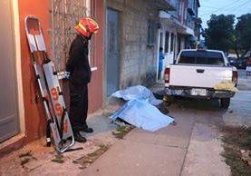 Una de las víctimas en el ataque armado en Villalobos I, no fue identificada. (Foto Prensa Libre:Bomberos Municipales).