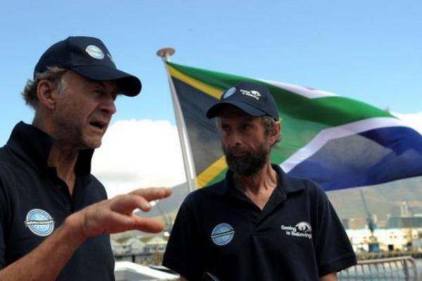 <p>Los aventureros Ranulph Fiennes (i) y Anton Bowring hablan con periodistas en Ciudad del Cabo el 6 de enero de 2013. (AFP).<br></p>