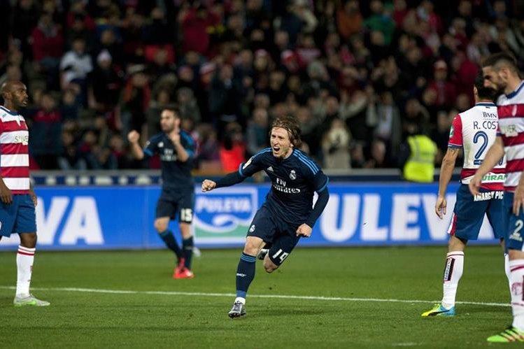 Modric comienza el festejo luego de marcar el gol que le significó la victoria al Real Madrid en el minuto 85 de visita al Granada. (Foto Prensa Libre: AFP)