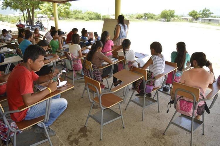 Unos 370 alumnos estudian en la escuela de Pueblo Modelo. (Foto Prensa Libre: Mario Morales)