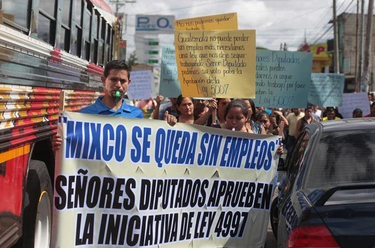 Trabajadores de maquilas de Mixco salieron a las calles a presionar a los congresistas (Foto Prensa Libre: Edwin Bercián).