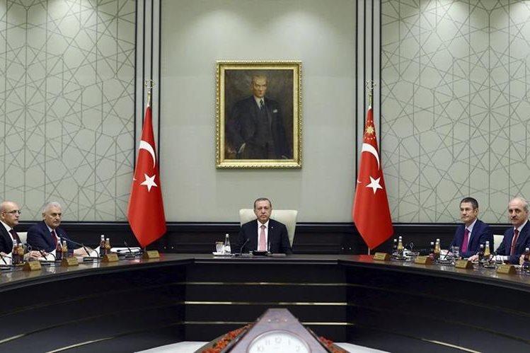 El presidente Recep Tayyip Erdogan (centro), durante la reunión de gabinete de seguridad en Ankara. (Foto Prensa Libre: EFE).