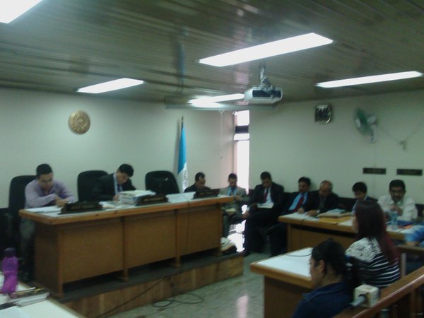 Los sindicados durante la audiencia de primera declaración ante el juez José Eduardo Cojulum. (Foto Prensa Libre: MP)