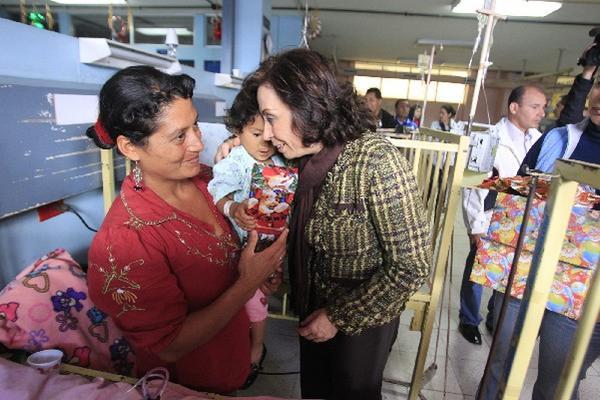 Sandra Torres entrega regalos a niños internados en Pediatría del San Juan de Dios.