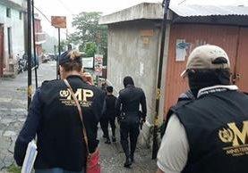 Fuerzas de seguridad recaban evidencias por caso de pornografía infantil. (Foto Prensa Libre: MP)