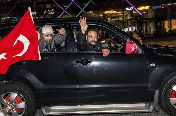 """Turcos residentes en Copenhague, dinamarca, celebran la victoria del """"sí"""" en el referendo constitucional celebrado el domingo en Turquía. (EFE)"""