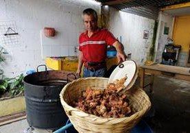 Eligio Castro, don Tito, es reconocido por el buen sabor de los chicharrones que prepara. (Foto Prensa Libre: Paulo Raquec)