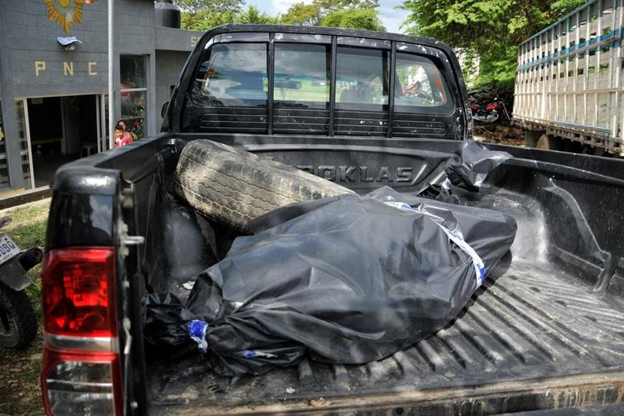 El cuerpo de Jorge Armando Ualim Sic, piloto de microbús, fue enviado a la morgue del Instituto Nacional de Ciencias Forenses. (Foto Prensa Libre: Rigoberto Escobar)
