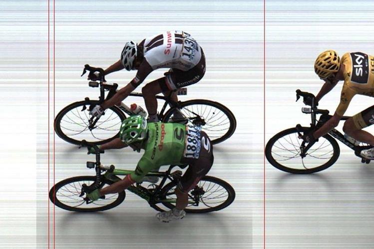 Rigoberto Uran cruzó la línea de meta por delante de Warren Barguil. (Foto Prensa Libre: AFP)