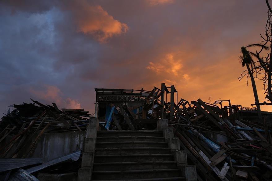 Un hermoso atardecer en Haití contrasta con las ruinas dejadas por el paso del huracán Matthew en esa isla caribeña. (Foto Prensa Libre: EFE).