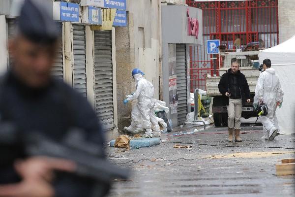 Policías entran en un edificio en París barrio Saint-Denis,Francia.(Foto Prensa Libre:AP).