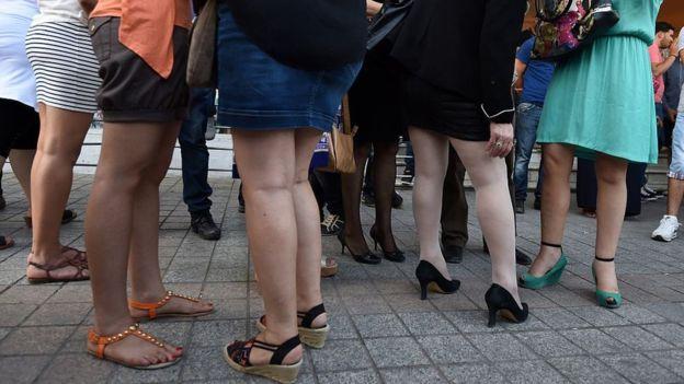 Mujeres tunecinas vistieron faldas durante una manifestación en 2015, en el marco del día de la minifalda, en solidaridad con las mujeres argelinas y contra el extremismo en junio de 2015. (Foto Prensa Libre: AFP)