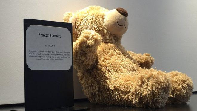El visitante del Museo de las Relaciones Rotas encontrará mucho más que osos de peluche. BBC MUNDO