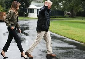 Melania Trump abordó el avión presidencial junto al presidente Donald Trump, quien fue fotografiada caminando a través de la llovizna ligera en Washington D.C. en tacones de cuatro pulgadas. (Foto Prensa Libre: Hollywood Reporter)