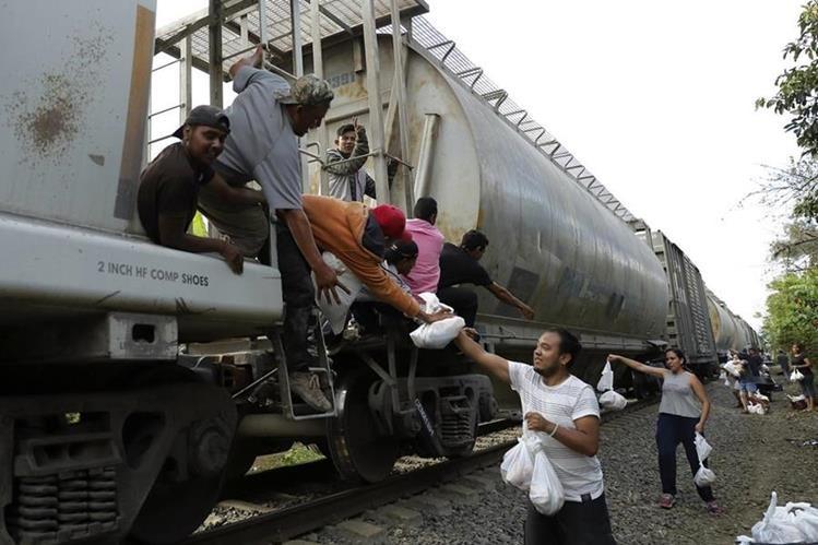 La mayoría de los migrantes, han acabado en las redes del tráfico ilegal para llegar a los países ricos y seguros del mundo. (Foto Prensa Libre: EFE)