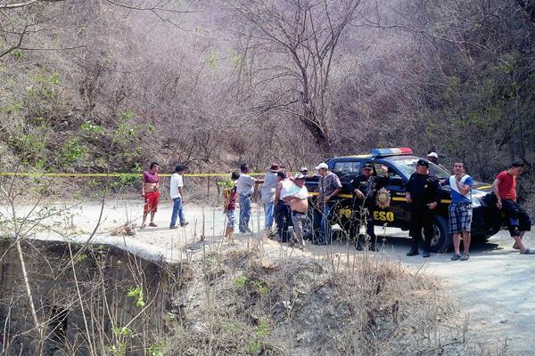 Agentes de  la PNC acordonan el área donde fue localizado un cadáver en Guastatoya, El Progreso. (Foto Prensa Libre: Hugo Oliva)